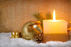 Vit adventstearinljus och snö Fotografering för Bildbyråer