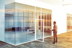 Vit affärsman för lobby för glasväggkontorschef Royaltyfri Foto