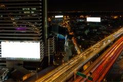 Vit affischtavla och cityscapemotorväg fotografering för bildbyråer