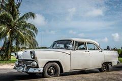 Vit amerikansk klassisk bil för HDR Kuba som parkeras under blå himmel i varadero royaltyfri fotografi