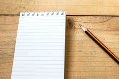 Vit anteckningsbok med blyertspennan Arkivbilder