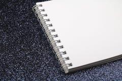 Vit anteckningsbok med tomma ark på svart fotografering för bildbyråer