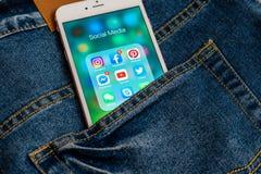 Vit Apple iPhone med olika symboler av socialt massmedia royaltyfria bilder