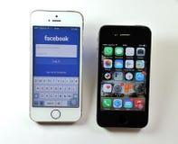 Vit Apple iPhone 5S & svart Apple iPhone 4S Arkivbilder