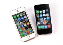 Vit Apple iPhone 5S & svart Apple iPhone 4S Fotografering för Bildbyråer
