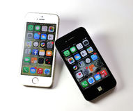 Vit Apple iPhone 5S & svart Apple iPhone 4S Arkivbild