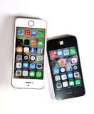 Vit Apple iPhone 5S & svart Apple iPhone 4S Royaltyfri Fotografi