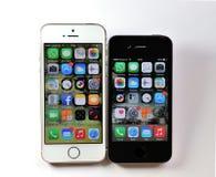 Vit Apple iPhone 5S & svart Apple iPhone 4S Arkivfoto