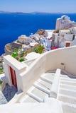 Vit arkitektur av den Oia staden på den Santorini ön Royaltyfria Bilder