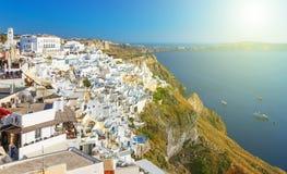 Vit arkitektur av granbyn på den Santorini ön, Grekland Arkivfoto