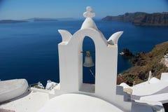 Vit arkitektur och klocka i Santorini Royaltyfria Foton