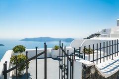 Vit arkitektur på den Santorini ön, Grekland Royaltyfria Bilder