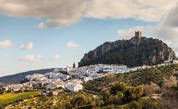 Vit by av Andalucia Zahara de la Toppig bergskedja Arkivbilder