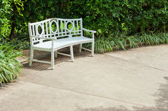 Vit bänk i trädgården Royaltyfri Bild