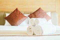 Vit badlakan på säng Royaltyfri Foto