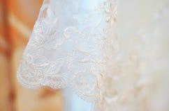 Vit bakgrund av bröllopsklänningarna Fotografering för Bildbyråer