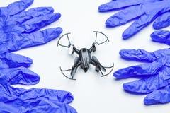 Vit bakgrund för Quadcopter handske inget arkivbilder