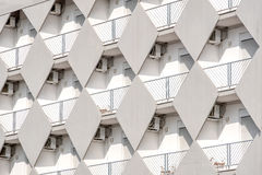 Vit bakgrund för byggnadstexturbalkong Royaltyfria Foton