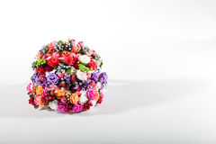 Vit bakgrund, konstgjorda blommor Royaltyfri Fotografi