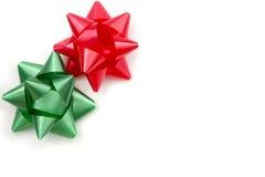 Vit bakgrund med röd och grön traditionell juladhesi Arkivbild