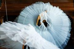 Vit balettpacke på stolen royaltyfri bild