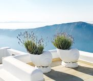 Vit balkong med en sikt Arkivbilder