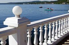 Vit balustrad, den Angara floden, motorbåt Royaltyfri Foto