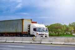 Vit behållarelastbil på huvudvägvägen, trans.begrepp arkivfoton