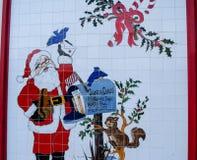 Vit belade med tegel väggen med bild av den Santa Claus alonsiden hans brev b Arkivfoto