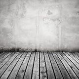 Vit betongvägg och mörker - grått trägolv Arkivfoto