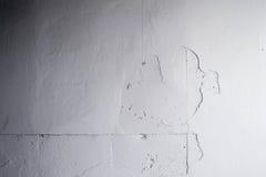 Vit betongväggpeel av målat Arkivfoton