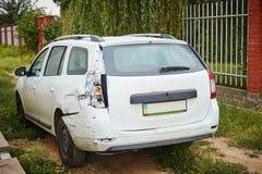 Vit bil efter en olycka Royaltyfria Bilder
