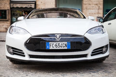 Vit bil för Tesla modell som S parkeras på vägrenen Royaltyfria Foton