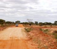 Vit bil på safari Arkivbild