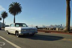Vit bilkörning förbi staden Royaltyfria Foton