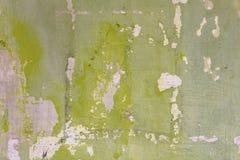 Vit blå grön gammal vägg med sträng skada, fläckar av målarfärg och skrapor Textur för grov yttersida arkivbild