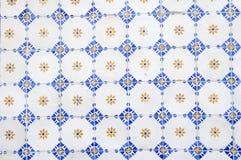 Vit, blått och guling glasade tegelplattor Arkivbild