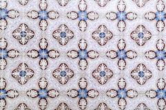Vit, blått och mörker - röda glasade tegelplattor Arkivfoto