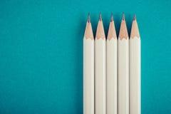 Vit blyertspenna, grön bakgrund Arkivbilder