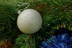 Vit boll i julprydnader och visare Royaltyfri Bild