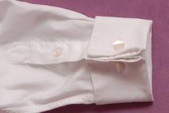 Vit bomullsskjorta, cufflink och manschett arkivbilder