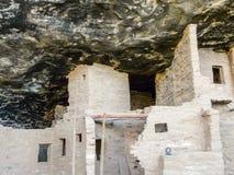 Vit boningshus i den Mesa Verde grottan Fotografering för Bildbyråer