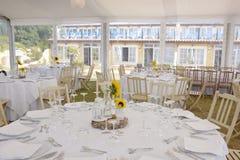 Vit borddukgarnering med solrosor, bröllopparti, händelse Royaltyfria Foton