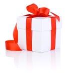 Vit boxas bundet med röd en isolerad satängbandpilbåge royaltyfria foton