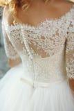 Vit bröllopsklänning för elegant stilfull tappning med prydnader tillbaka arkivfoto