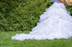 Vit bröllopsklänning i parkeracloseupen Royaltyfria Foton