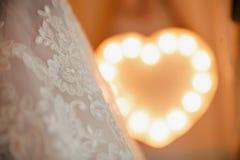 Vit bröllopsklänning nära lampan Royaltyfri Bild