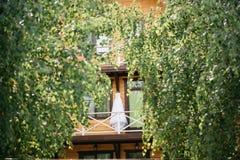 Vit bröllopsklänning som hänger på balkongen Fotografering för Bildbyråer