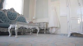 Vit bröllopsklänning som hänger på dörren Lopp förbi glidaren arkivfilmer