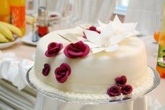 Vit bröllopstårta Royaltyfria Foton